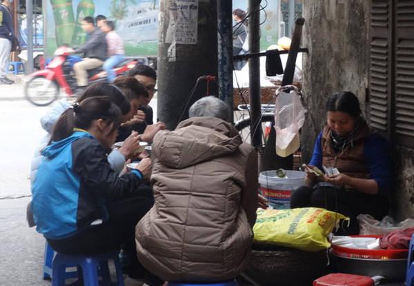 Gánh bánh đúc luôn 'cháy hàng' chỉ sau tiếng rưỡi bày bán 13:38   27/02/2017