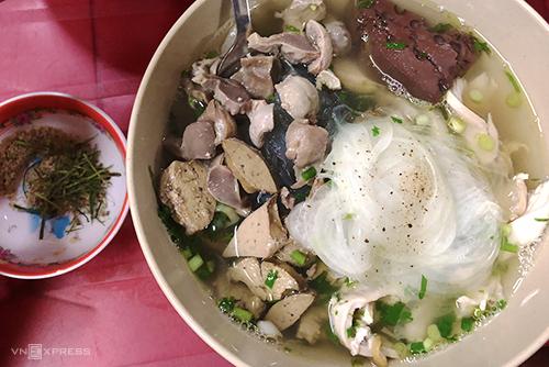 Quán bán tô miến lòng gà xé giá 150.000 đồng ở Sài Gòn 09:14   28/05/2019